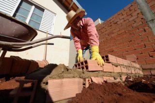 Maurer Francisco - SMMP finanziert der alleinerziehenden Mutter Luciclaire einen Anbau an ihr neues aber kleines Haus (staatlich geförderte Sozialwohnung). Die Familie lebt vom Sammeln und Weiterverkauf von recyclinge-Material, Stadtteil Empyrio, Leme, Sao Paulo, Brasilien: Foto: Florian Kopp/SMMP