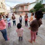 """Jüngere Mädchen (die Gruppe nennt sich """"infancia misionera"""") treffen sich am späten Nachmittag für Spiele im Hof. Kinderheim und Ausbildungszentrum Comunidad Ancieto Solares, Vallegrande, Departamento Santa Cruz, Bolivien; Foto: Florian Kopp/SMMP"""