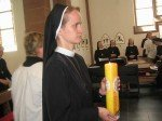 Sr. Lucia M. bringt die Kerze