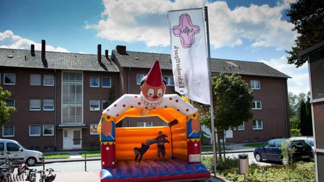 Zum 10. Geburtstag eine Hüpfburg: Das Seniorenzentrum am Eichendorffpark in Stromberg feierte sein erstes Jubiläum. (Foto: SMMP/Beer)