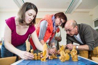 Petra Wessel aus dem Haus Maria, Britta Hagedorn und Fritz Wolk aus dem Seniorenzentrum Am Eichendorffpark setzen ihre Figuren auf die Folie. Foto: SMMP/Bock