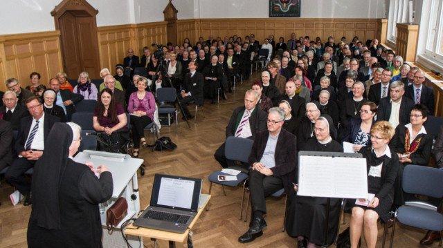 Schwester Aloisia begrüßt die fast 200 Gäste des Placida-Empfangs in der Aula der Katholischen Bergschulen St. Elisabeth. Foto: SMMP/Bock