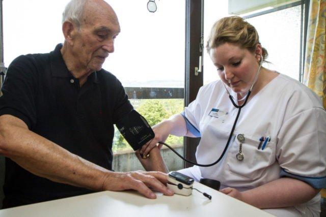 Christine Krupa gehört zu den ersten drei Auszubildenden an den Katholischen Kliniken Lahn. Foto: SMMP/Bock