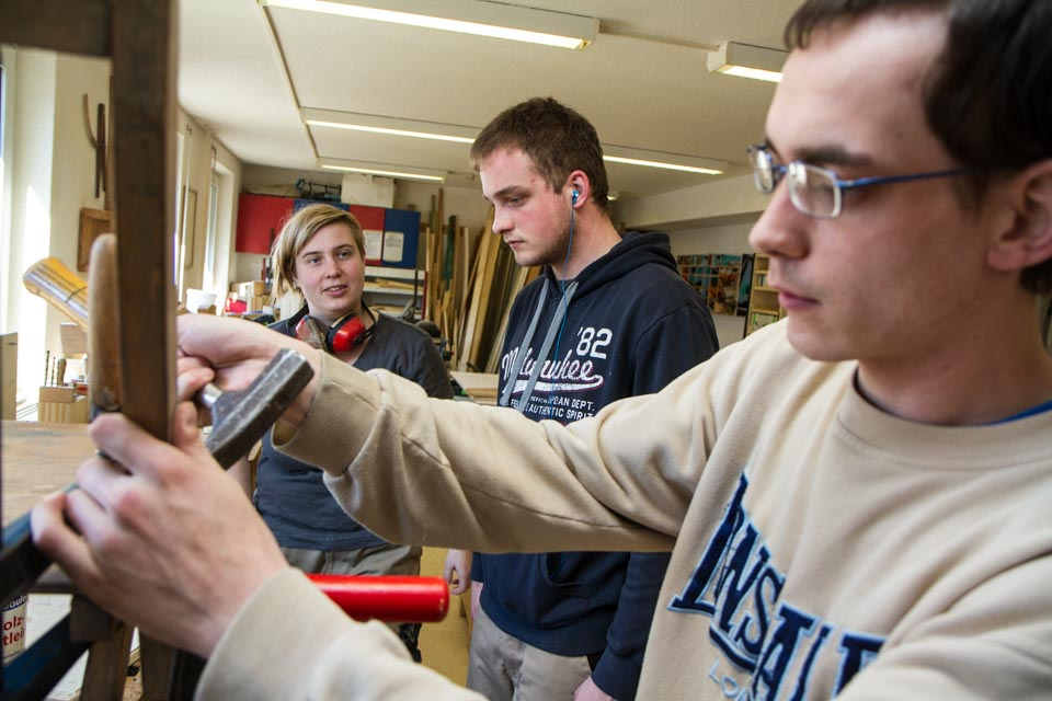 Bruder Stefan Eichele leitet die Jugendlichen in der Metallwerkstatt an. Foto: SMMP/Bock