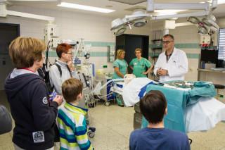 """Oberazt Dr. Hermann-Josef Winkelmann erklärt den Besuchern das Privileg der Chirurgen: """"Wir dürfen die meisten Menschen heilen."""" Foto: SMMP/Bock"""