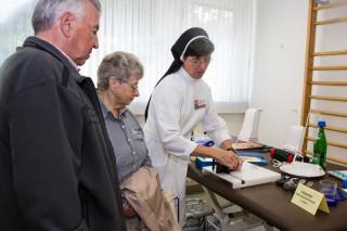 Schwester Katharina Conradi stellt interessierten Besuchern die Abteilung für Ergotherapie vor. Foto: SMMP/Bock