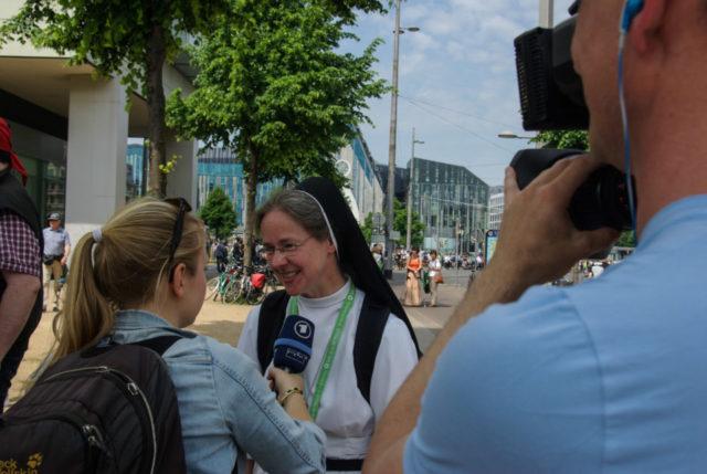 Nach dem Gottesdienst lief Schwester Maria Elisabeth Goldmann einer Fernsehkamera entgegen. Sie fand den Katholikentag vielseitig und spannend. Foto: SMMP/Bock