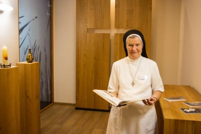 Schwester Theresia Maria Kösters hat den Verabschiedungsraum an der Hufeland-Klinik einrichten lassen. (Foto: SMMP/Bock)