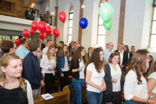Mit bunten Ballons ziehen die Missionarinnen und Missionare auf Zeit in die Kirche ein. Jede Farbe entspricht einem Einsatzland. Foto: SMMP/Bock