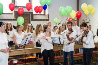 Gemeinsam mit Sr. Theresita Maria Müller und Sr. Theresia Lehmeier begleiten die jungen MaZ die Aussendungsfeier auch musikalisch. Foto: SMMP/Bock