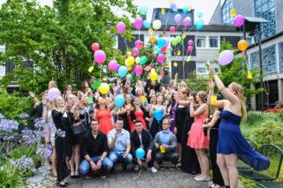Die Absolventinnen und Absolventen der Fachoberschule am Berufskolleg Bergkloster Bestwig ließen nach dem Entlassgottesdienst Ballons in den Himmel steigen. Foto. SMMP/Ingo Seidel