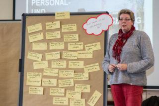 Irmhild Scheffner aus dem Haus St. Josef in Heiden stellt die vielen Ideen aus ihrer Gruppe zur Personalbindung vor.