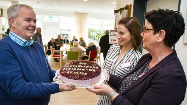 Eine Torte zur Eröffnung: Viele Gäste kamen am Sonntag zum Tag der offenen Tür der Senioren-WG St. Vitus in Sünninghausen. Foto: SMMP/Bock