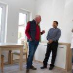 Die Besucher konnten auch die Zimmer besichtigen. In den ersten stehen schon Möbel. Foto. SMMP/Bock