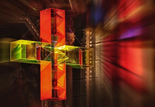 Eines der Lichtkreuze von Ludger Hinse. In der Dreifaltigkeitskirche wird es als Projektion zu sehen sein.