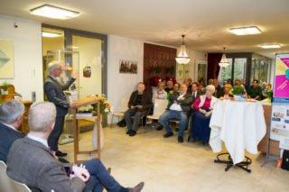 Heimleiter Andreas Wedeking begrüßt die Gäste und Besucher zu dem Dialoggespräch im Foyer des Seniorenheims. Foto: SMMP/Bock