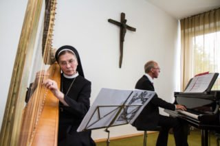 Sr. Theresita Maria Müller an der Harfe und Klaus Stehling am Flügel gestalteten den muskalischen Rahmen mit. Foto: SMMP/Bock