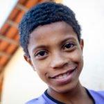 Cristian (11) lächelt auch. SMMP finanziert der alleinerziehenden Mutter Luciclaire einen Anbau an ihr neues aber kleines Haus (staatlich geförderte Sozialwohnung). Die Familie lebt vom Sammeln und Weiterverkauf von recyclinge-Material, Stadtteil Empyrio, Leme, Sao Paulo, Brasilien: Foto: Florian Kopp / SMMP
