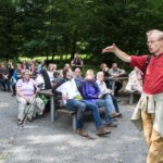 Pause an der Ruine der 1000 Jahre alten Hünenburg. Nchdenken über unser eigenes Verhäktnis zum Thema Vergänglichkeit. Foto: SMMP/Bock