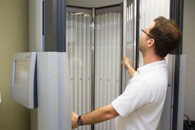 Dr. Achim Lauer erklärt die neue Lichtkabine in der Hufeland-Klinik. (Foto: Bock/SMMP)