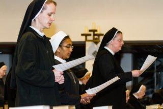 Beim Schlusslied: Noviziatsleiterin Sr. Lucia Maria Schiefner, Schwester Prisca und Provinzoberin Schwester Johanna Guthoff. Foto: SMMP/Bock
