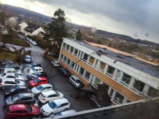 In Menden riss der Orkan einen Teil des Dachs von dem Schultrakt mit den naturwissenschaftlichen Fachräumen auf den Lehrerparkplatz. Mehrere Autos wurden beschädigt. Foto: SMMP