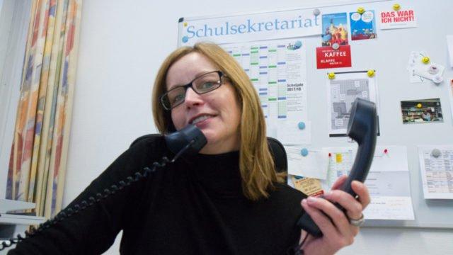 Im Schulsekretariat des Berufskollegs Bergkloster Bestwig nahm Simone Bünner am Donnerstagmorgen mehrere hundert Anrufe entgegen. Foto: SMMP/Bock