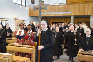 Feierlich zieht Schwester Hanna mit ihren Mitschwestern und den Priestern in die Kirche ein. Foto: SMMP/Bock