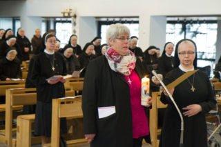 An derSeite von Schwester Margareta legt Schwester Hanna mit der Professkerze in der Hand ihre Ewigen Gelübde ab. Foto: SMMP/Ulrich Bock