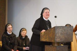 Schwester Johanna Guthoff lädt abschließend zur Gratulation und zum Mittagessen ein. Foto: SMMP/Ulrich Bock