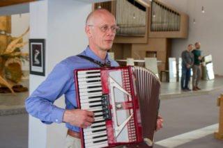 Dialoge, Monologe, Stille, Musik. Hier spielt Ulrich S. das Akkordeon. Foto: SMMP/Ulrich Bock
