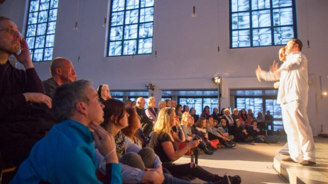 Die vier Darsteller spielen ihren Judas mit großer Leidenschaft. Die Besucher hören gebannt zu. Foto: SMMP/Bock