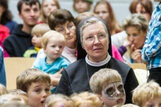 Schwester Theresia Raabe zwischen den Kindern des Bergkindergartens in Heiligenstadt. Den leitete sie bis 2014. Foto: SMMP/ULrich Bock