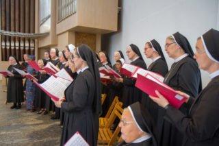 Der Schwesternchor unter Leitung von Sr. Theresita Maria Müller gestaltet den Festgottesdienst musikalisch mit. Er wird an der Orgel begleitet von Klaus Stehling. Foto: SMMP/Ulrich Bock