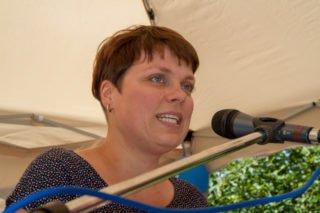 Die Vorsitzende der Elterninitiative, Ina Hillebrand, begrüßt die 200 Besucher am Samstagnachmittag. Foto: SMMP/Bock