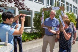 Bestwigs Bürgermsieter Ralf Péus lässt sich in dem eigens geschaffenen Jubiläumsbilderrahmen ablichten. Foto: SMMP/Bock