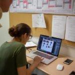 ... und von den angehenden Gestaltungstechnischen Assistenten gleich bearbeitet und ausgedruckt.