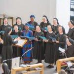 Die Schwesternschola unter Leitung von Schwester Theresita Maria Müller gestaltet die Eucharistiefeier musikalisch mit. Foto: SMMP/Ulrich Bock