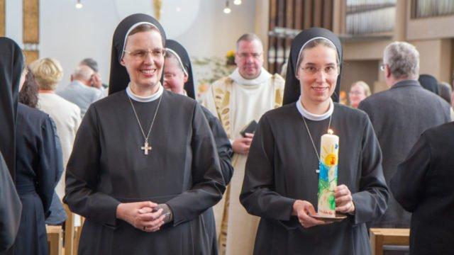 Feierlicher Auszug aus der Dreifaltigkeitskirche. Schwester Judith trägt jetzt den schwarzen Ordensschleier. Foto: SMMP/Ulrich Bock