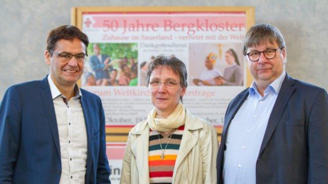 Trafen sich zum Meinungsaustausch im Bergkloster Bestwig: Dr. Peter Liese, Schwester Dorothea Brylak und Winfried Meilwes. Foto: SMMP/Ulrich Bock