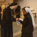 Generaloberin Schwester Maria Thoma Dikow steckt Schwester Prisca den Professring an. (Foto: SMMP/Beer)