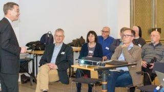 Prälat Dr. Klaus Krämer bedankt sich bei Jobst Rüthers für die herausragenden Leistungen in der Redaktion. Foto: SMMP/Ulrich Bock