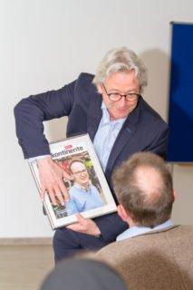 Verlagsleiter Dr. Jochen Hillesheim überreicht Jobst Rüthers zum Abschied ein Titelblatt mit dem Portrait des scheidenden Chefredakteurs. Foto: SMMP/Ulrich Bock