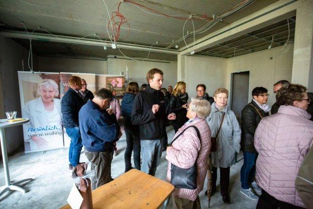"""""""Wir bleiben so lange hier bis alle Fragen beantwortet sind."""" Bauunternehmer Stefan Rebbert führte die Besucher des Richtfestes durch den Rohbau. (Foto: SMMP/Beer)"""