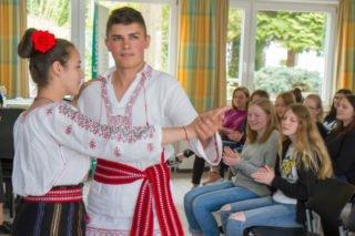 Celina und Robert führen den Schülern des Berufskollegs Bergkloster Bestwig runmänische Folklore vor. Foto: SMMP/Ulrich Bock
