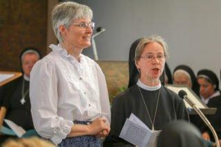 Schwester Maria Elisabeth Goldmann und Schwester Christine Romanow von den Misionarinnen Christi tragen ein Lied vor. Sie sind die Mitschwestern von Schwester Ruth in Jena. Foto: SMMP/Ulrich Bock