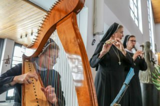 Schwester Theresia Lehmeier spielt Harfe, Schwester Theresia Maria Müller und Schwester Mirjam Grüßner Flöte. Foto: SMMP/Ulrich Bock
