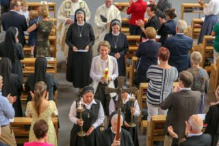 Mit einem Lächeln verlässt Schwester Ruth die Dreifaltigkeitskirche. Foto: SMMP/Ulrich Bock