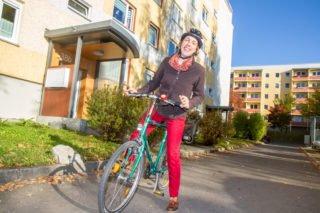 Schwester Ruth Stengel fährt auch gerne mit dem Fahrrad zur Arbeit. Foto: SMMP/Bock