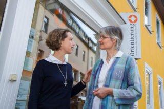 Sr. Ruth Stengel und Sr. Christine Romanow vor den Räuumen der von den Missionarinnen Christi angebotenen Orientierung. Foto. SMMP/Bock